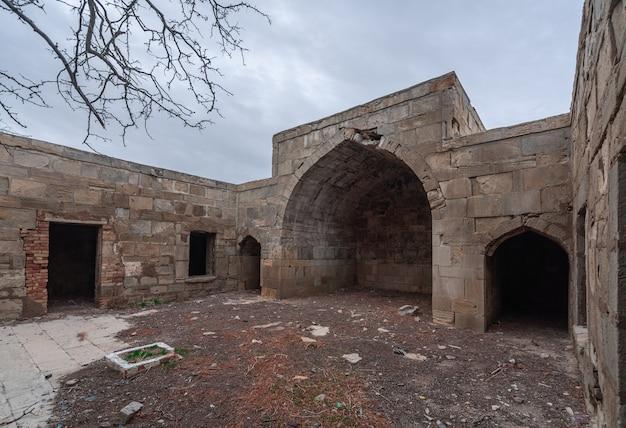 Древний заброшенный караван-сарай гарачи, относящийся к xiv веку, находится в азербайджане.