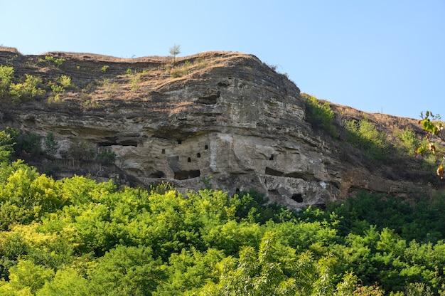 Древний пещерный монастырь в соколе, молдова существовал уже в 10 веке. в комплексе 7 ярусов келий, он же 7-этажный пещерный монастырь. заброшен 300 лет назад.