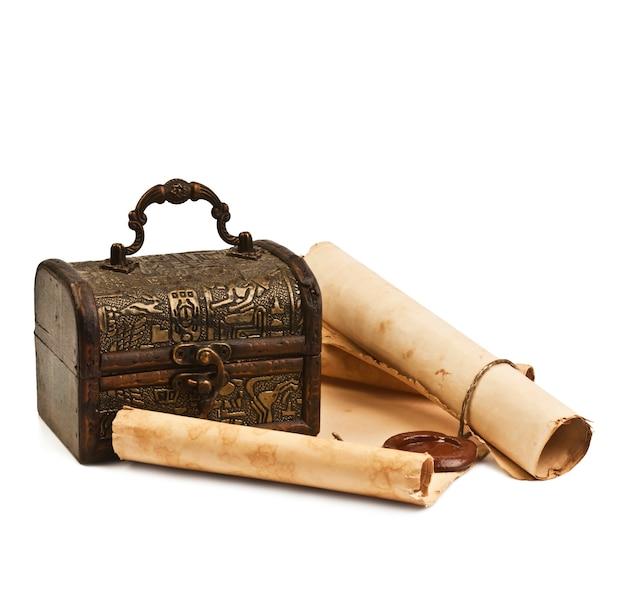 Древний сундук с бумагой