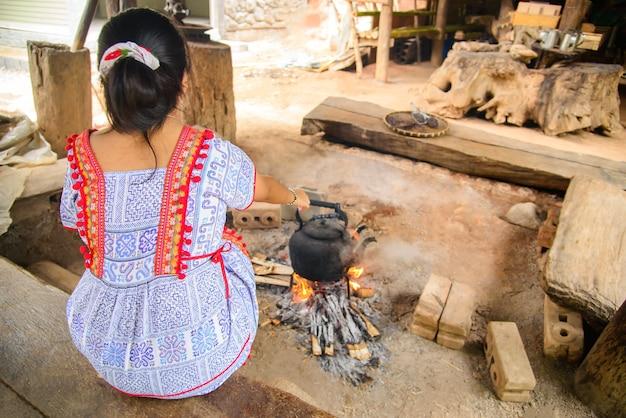 Древний огонь свежего кофе в деревне в mae klang luang homestay chiangmai, таиланд