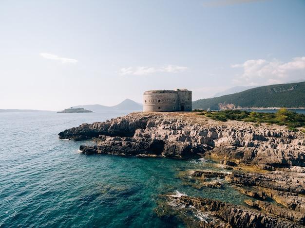 아드리아 해의 몬테네그로 코 토르 만 입구에있는 고대 요새 아르 자