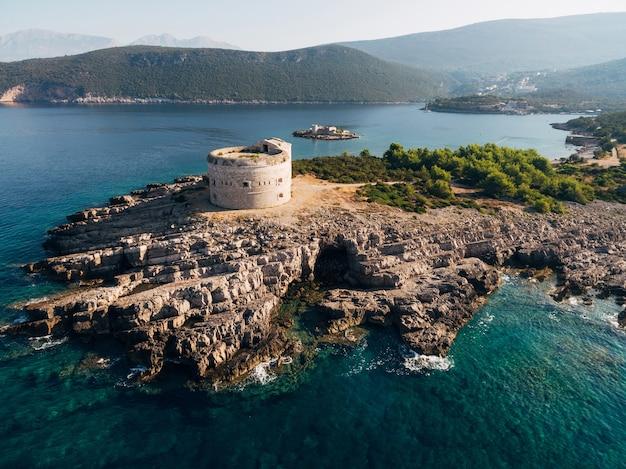 アドリア海のモンテネグロにあるコトル湾の入り口にある古代の要塞アルザ