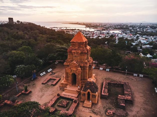 ベトナム、ニャチャンのムイネーにある古代のポサヒヌチャムタワー。上面図、航空写真