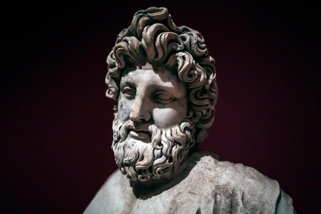 Asclepius 또는 aesculapius의 고대 동상은 고대 그리스와 로마 신화에서 의학의 신입니다. 터키, 페르게
