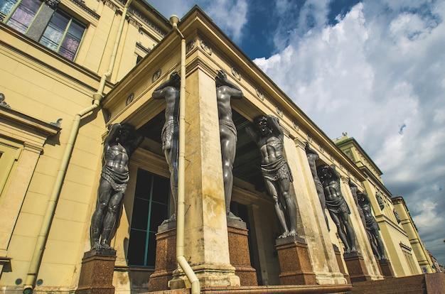 Древние статуи атлантов в санкт-петербурге.