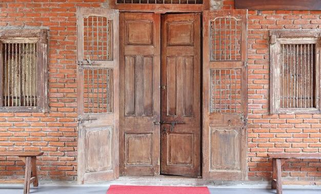 골동품 오래 된 나무로되는 문 및 벽돌 벽