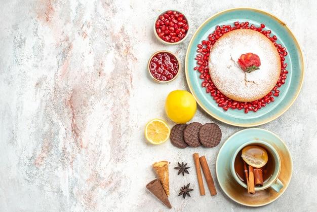 食欲をそそるケーキ食欲をそそるケーキシナモンクッキーレモン一杯のお茶