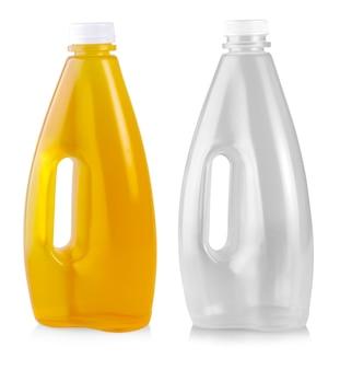 白い背景で隔離のプラスチックボトルのリンゴジュース