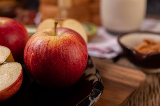 木製のテーブルの上のリンゴ