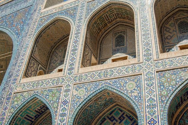 サマルカンドの古代レギスタン広場のアーチとエクステリアデザインアジアの古代建築