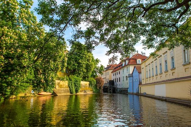 プラハのストラゴシティの建築。市内の河川水路。古いヨーロッパの通り