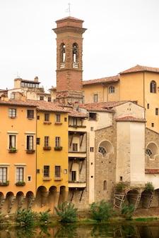 イタリア、フィレンツェのアルノ川の堤防とそれに沿った家屋。底面図。トスカーナ。