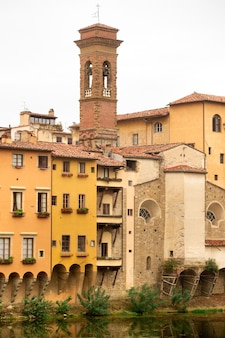 Набережная реки арно и дома вдоль нее во флоренции, италия. вид снизу. тоскана.