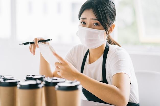 아시아 커피 숍 주인들은 질병의 영향으로 가게가 문을 닫았 기 때문에 화를 냈습니다.