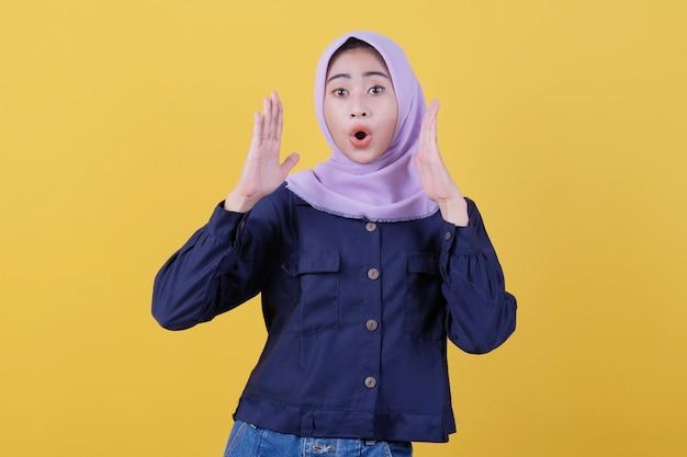 信じられないほどの驚きでヒジャーブを着て衝撃を与えてとても幸せだったアジアの女の子