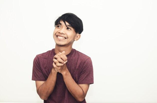 アジア人男性は思いやりのある表情でカジュアルなシャツに微笑んだ