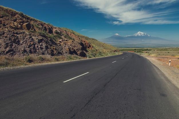 Асфальтированная дорога и гора арарат