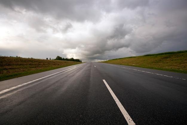 폭풍우의 시간에 아스팔트 도로. 벨라루스