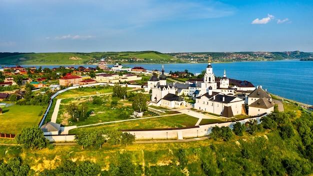Успенский собор и монастырь на острове-городе свияжск. в россии