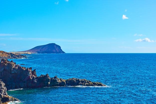 カナリア諸島、テネリフェ島の大西洋と岩の多い海岸-風景