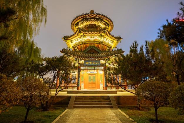 밤에 타이 위안 잉쩌 공원의 오래된 건물 다락방