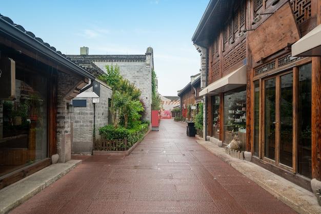 고대 건물의 다락방과 거리는 중국 저장성 닝보에 있습니다.