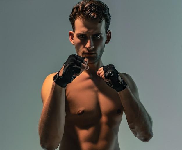 Привлекательный мужчина тренируется в боксе