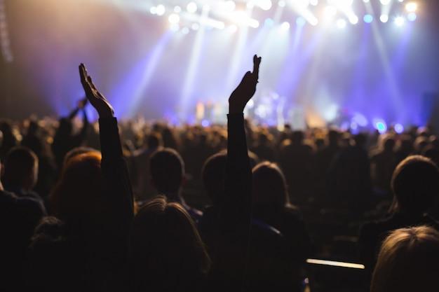 관객들은 무대 예술가에게 박수를 보냅니다.
