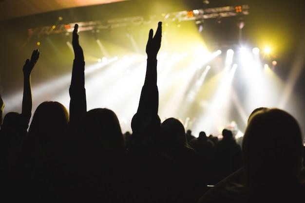ステージアーティストに拍手喝采された観客