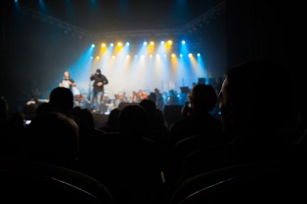장면의 배경에 콘서트에서 관객.