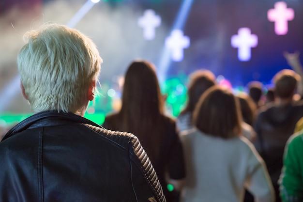무대에서 콘서트를 보는 관객.