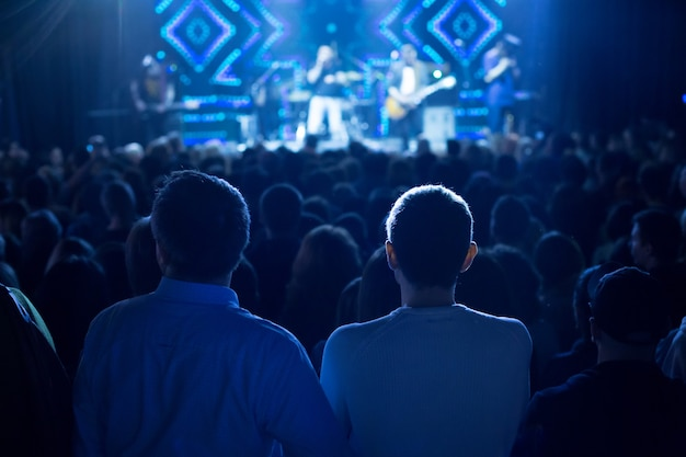 ステージでコンサートを見ている観客。