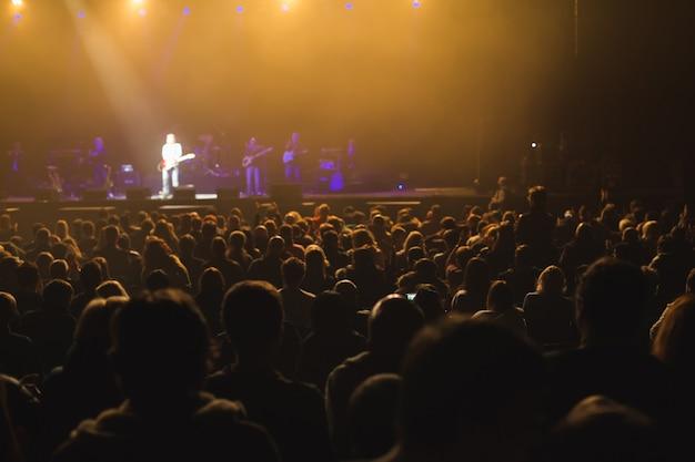 ステージでコンサートを見ている観客