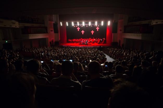 Зрители смотрят концерт на сцене