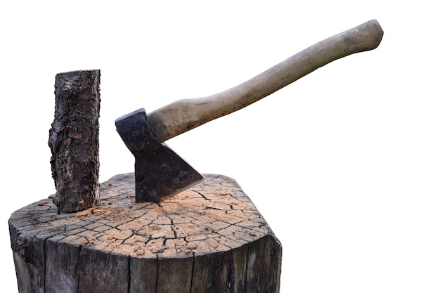 Топор вбивается в деревянную палубу на белом фоне вырезки, а также на палубе есть бревно.