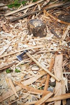 斧は材木、鉋板の上にあります。テクスチャと背景。工業用木材。