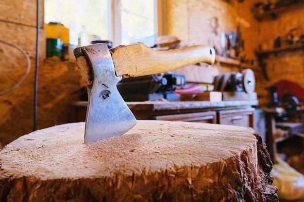 Топор врезается в деревянный пень