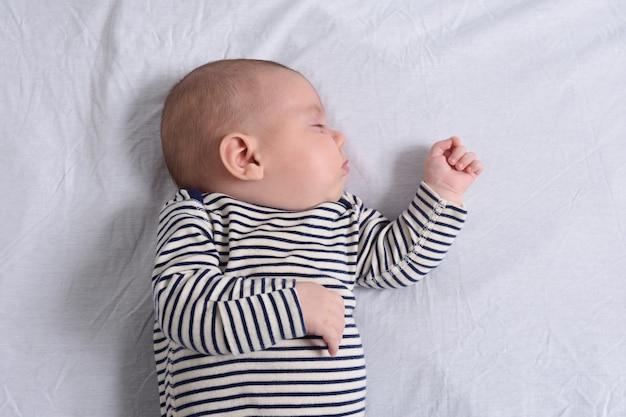 横になって寝ている赤ちゃん