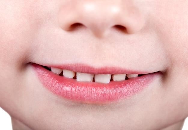 Рот младенца с молочными зубами