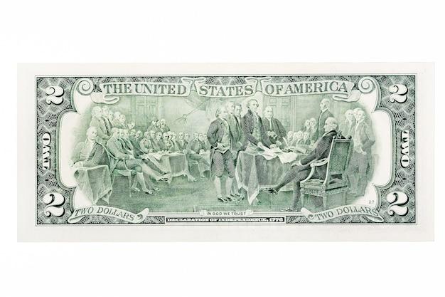 Задняя часть банкноты два доллара сша, изолированные на белом. фотография высокого разрешения.
