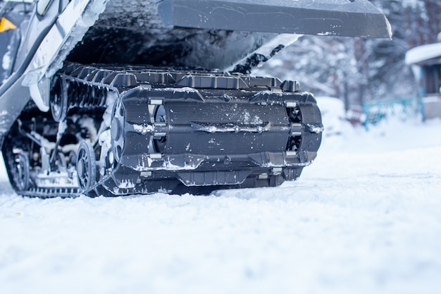 겨울의 설상차 뒷면. 설상차를 타고 눈을 타는 것. 설상차의 리어 서스펜션
