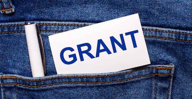 В заднем кармане синих джинсов находится белая ручка и белая карточка с надписью grant.