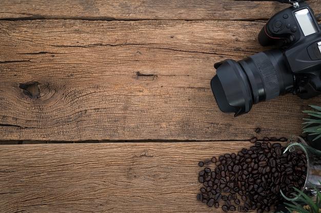 背景にはカメラがあり、コーヒー豆はテーブルの上に置かれ、上面図です。