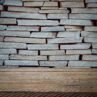 背景は空白の木の板と照明とケラレのある織り目加工のレンガの壁です