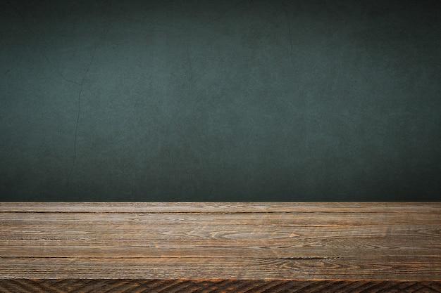 배경은 빈 나무 판자와 조명 및 비네팅이 있는 질감이 있는 회 반죽 벽입니다.