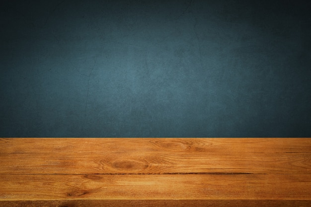 背景は空白の木の板と照明とケラレのある織り目加工の漆喰壁です