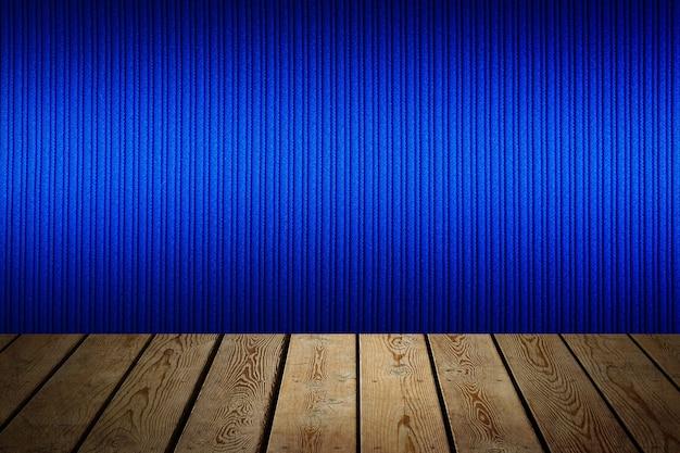 背景は空白の木の板とグラデーション照明付きの織り目加工の縞模様の壁です