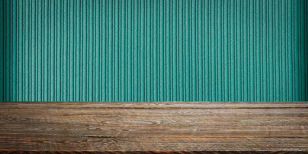 背景は空白の木の板と織り目加工の縞模様の壁です