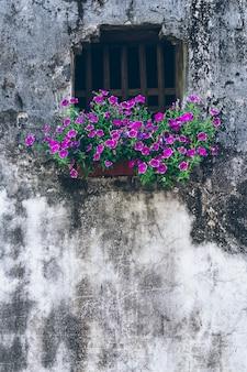 고대 중국 건축의 벽과 창문 배경 프리미엄 사진