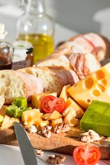 バゲットとチーズの木製の背景